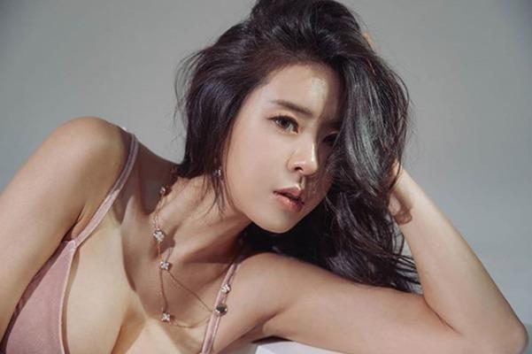 韩国最美车模爆红ins,因身材丰腴惹争议